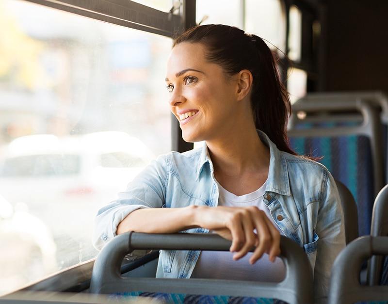 jeune fille souriante dans un bus