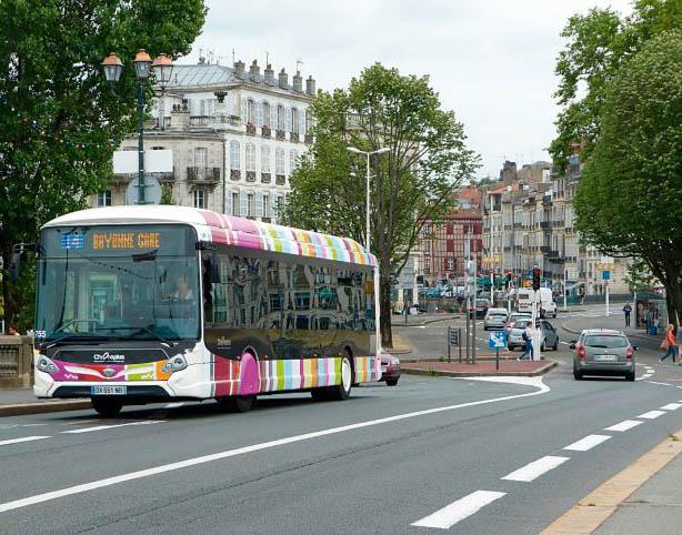 Bus roulant dans la ville de Bayonne